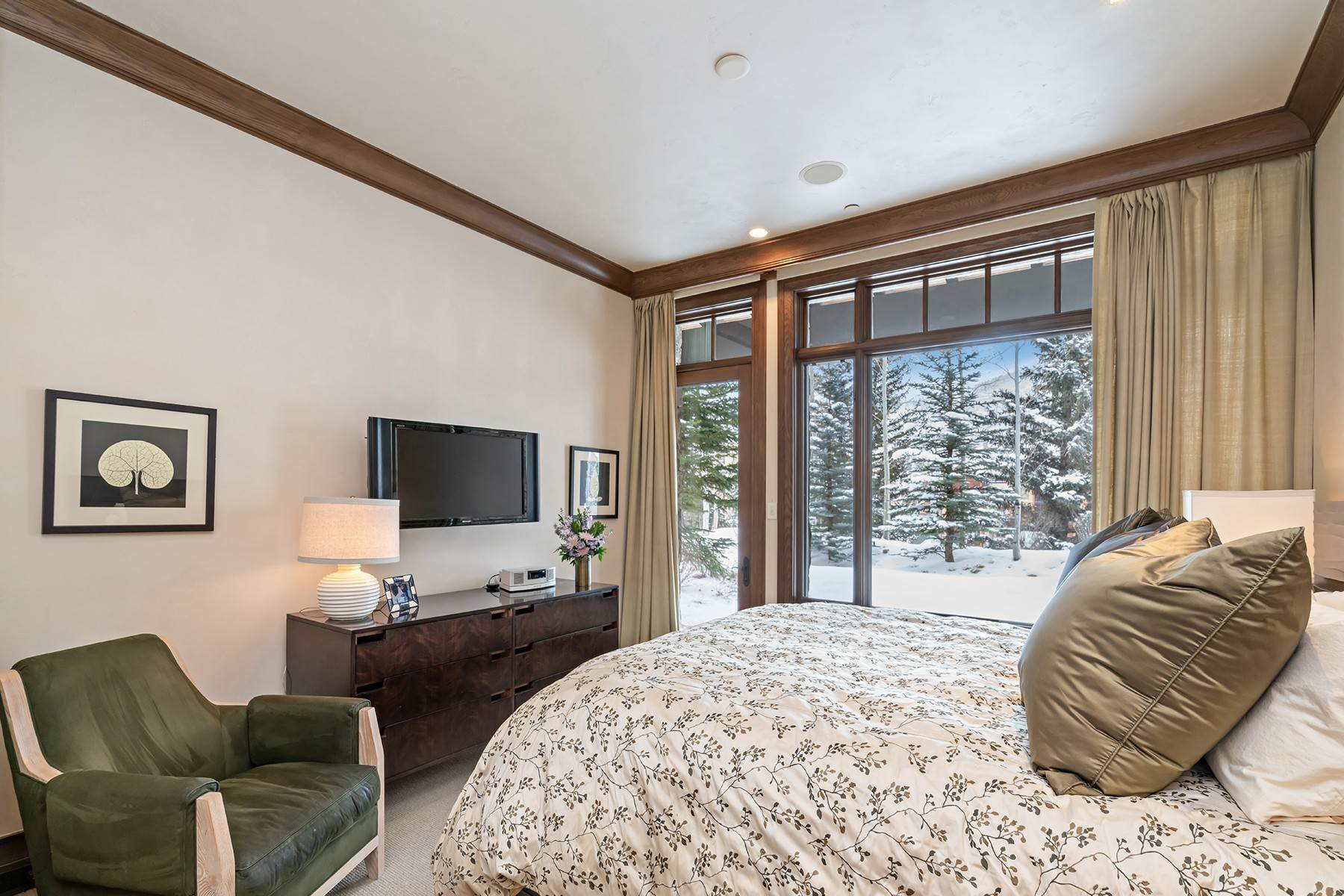 33. Single Family Homes for Active at Coveted Ski-In/Ski-Out in Vail 615 Forest Place Vail, Colorado 81657 United States