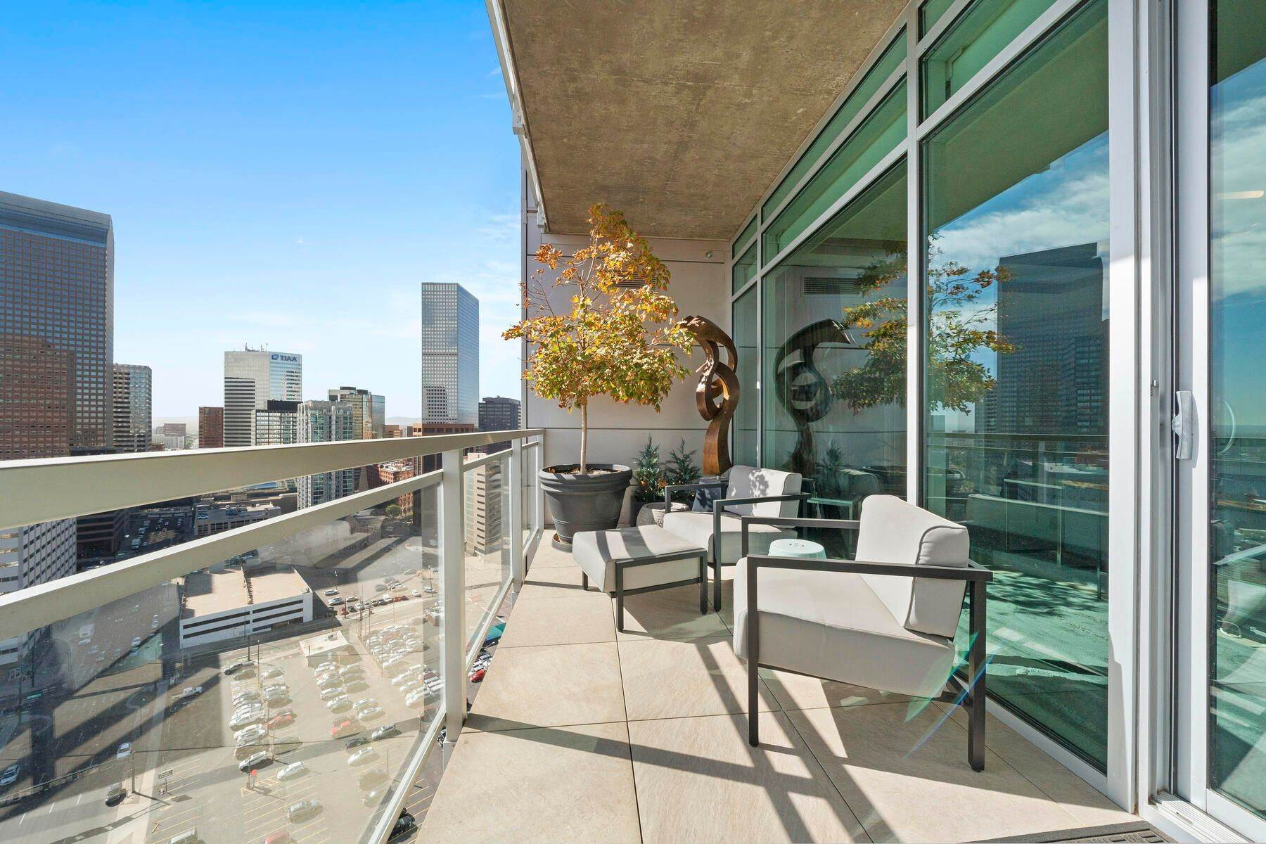 17. Condominiums for Active at Artistic Design with Function in Mind. 2001 Lincoln Street, Unit #2222 Denver, Colorado 80202 United States